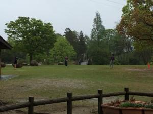 匠高等学院のBBQで生徒と教員でキャッチボールをする